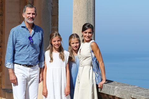 los reyes y sus hijas posan en mallorca
