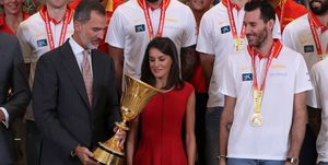 Don Felipe y doña Letizia con los Campeones del mundo de baloncesto