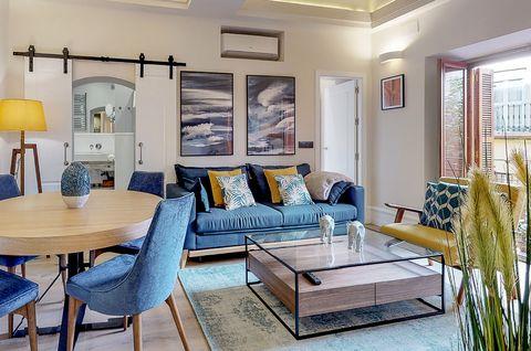 salón comedor con decoración moderna en tonos azules y mostazas
