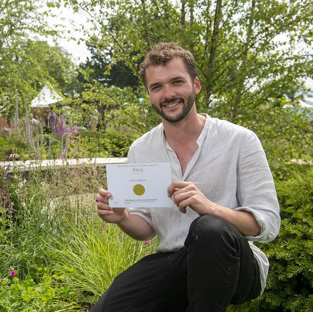 tom simpson gets gold for cancer research uk legacy garden at rhs hampton court 2021