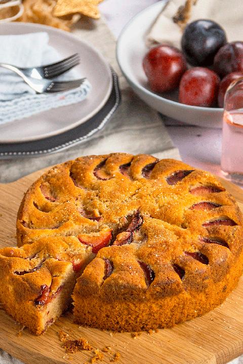Rhubarb gin plum cake