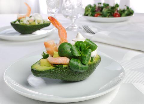 Avocado lovers questa è la ricetta che aspettavate: gusci di avocado ripieni con gamberi
