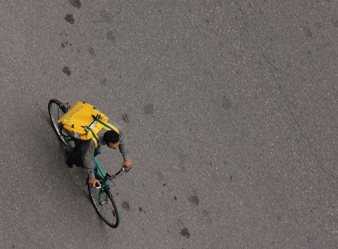Un ciclofattorino di una delle tante aziende di food delivery che operano in Italia