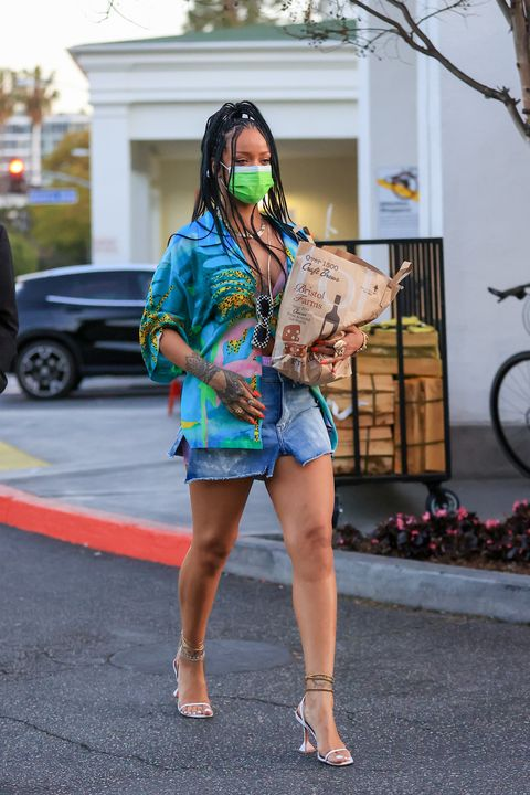 rihanna grocery shopping in los angeles on march 29, 2021