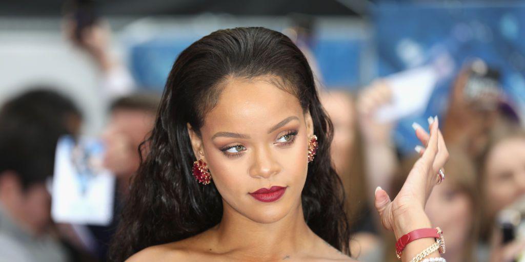 Rihanna, zwembad, glas wijn