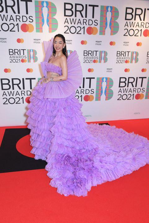 rina sawayama en los brit awards 2021