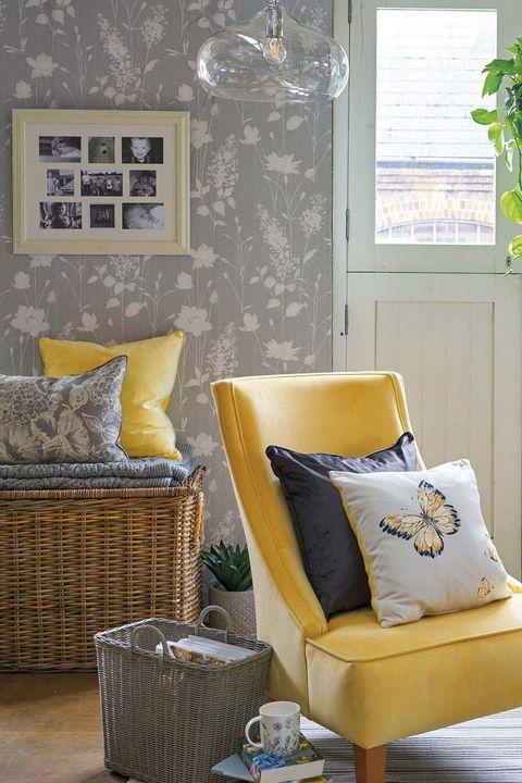 rincón del salón gris con butaca amarilla