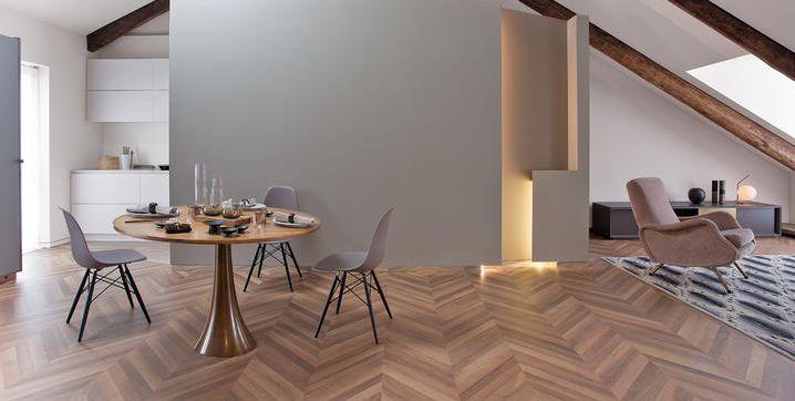 Ristrutturazione di una mansarda a Torino tra travi in legno e luce zenitale