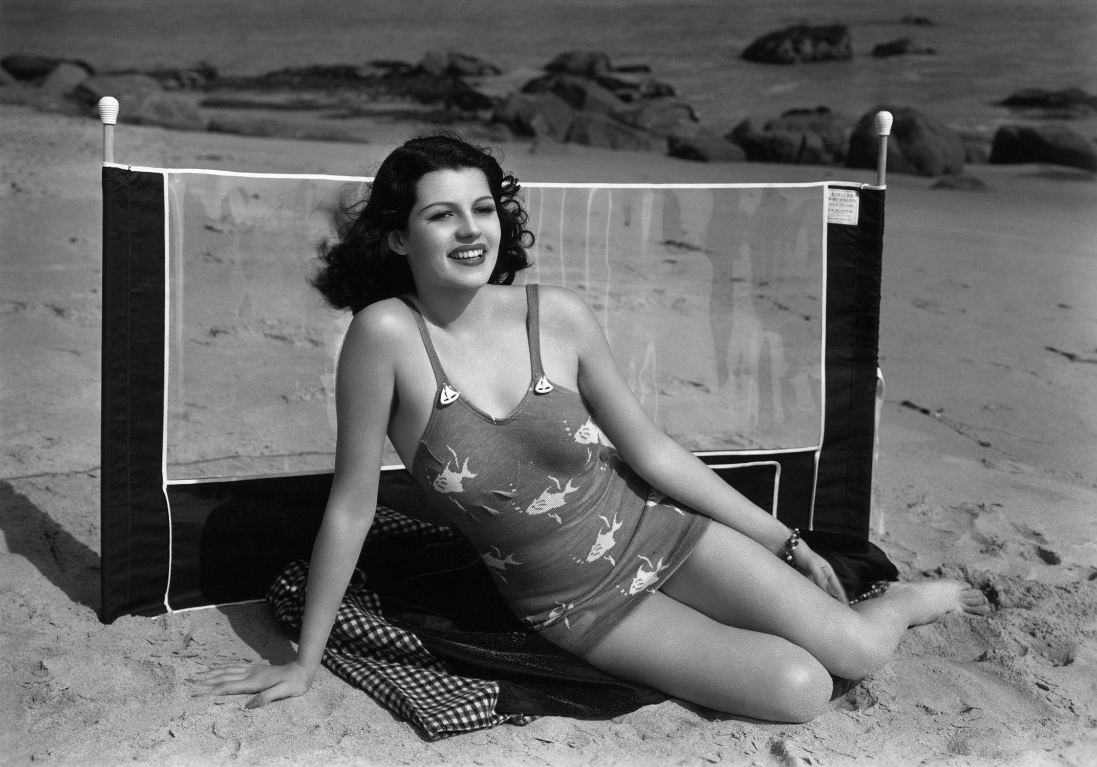 rita hayworth bañador playa
