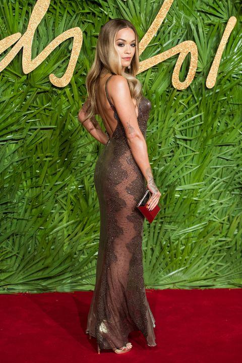 Hairstyle, Flooring, Style, Carpet, Dress, Long hair, Blond, Red carpet, Model, Brown hair,