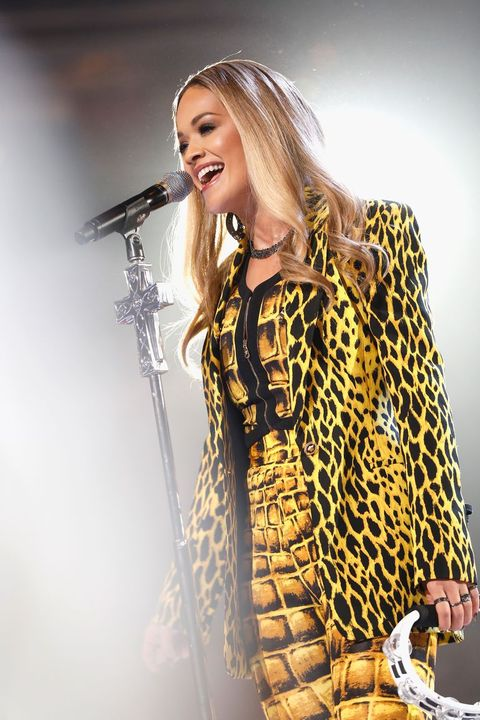 Music artist, Performance, Singer, Yellow, Singing, Music, Shoulder, Performing arts, Long hair, Microphone,