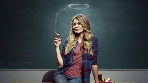 una profesora fuma en una clase
