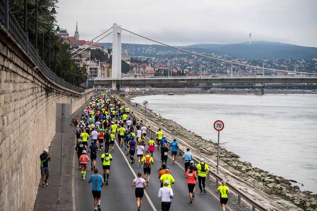 cientos de corredores corren el maratón de budapest 2020 en plena pandemia
