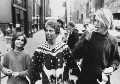 river phoenix con su madre y su hermano pasea por nueva york cuando tenía 18 años