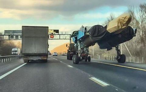 Asphalt, Mode of transport, Road, Freeway, Highway, Transport, Lane, Vehicle, Shoulder, Infrastructure,