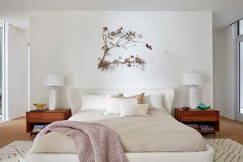 dormitorio principal en tonos blancos en la casa houston mid century de jamie bush