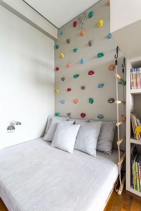Dormitorio infantil con rocódromo en la pared