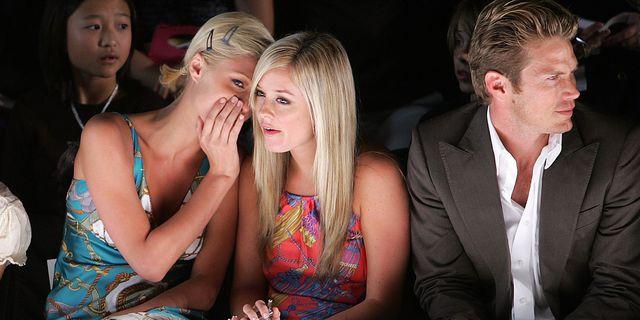 paris hilton roddelt met vriendin tijdens tommy hilfiger fashion show in september 2005