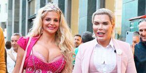 Francesca Cipriani, Barbie humana, y Rodrigo Alves, Ken humano, pasean implantes por Milán
