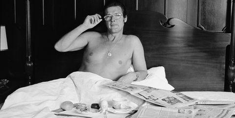 El actor Roger Moore (007) tomando un desayuno en su habitación de hotel