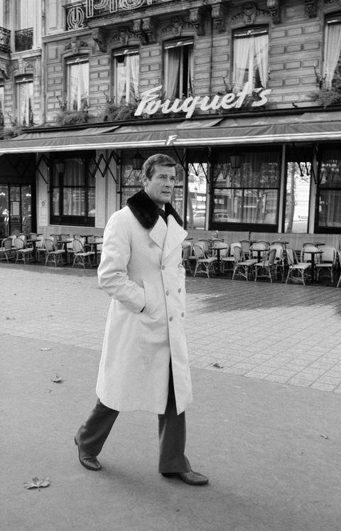 roger moore con gabardina en paris en los años 70