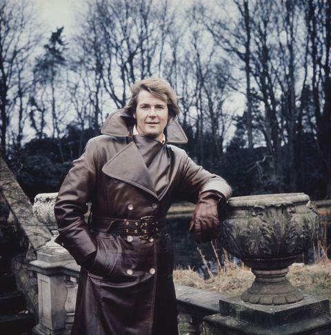 roger moore con gabardina de cuero posa en los años 70