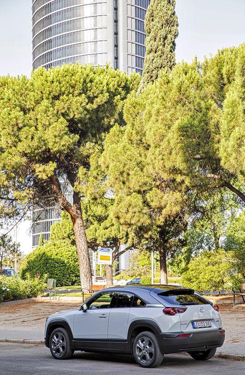 nuevo mazda mx 30 eléctrico aparcado en la calle castellana de madrid