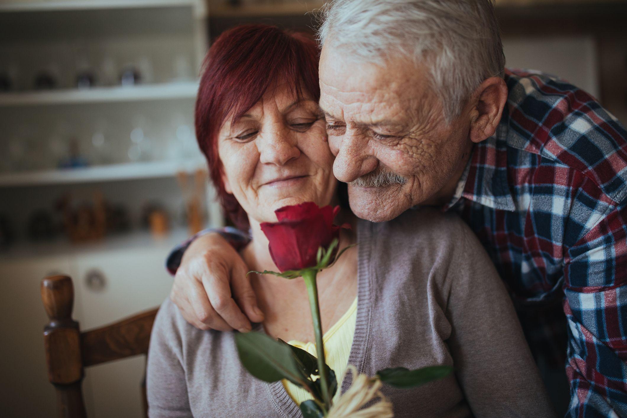 romantisk eldre par med rød rose