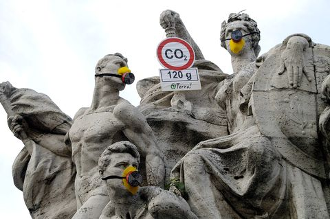 Smog emergency: AntiPollution masks to the statues of Rome