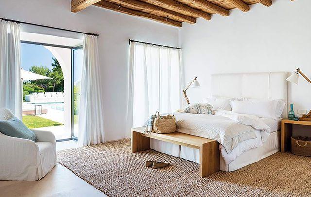 casa en ibiza con deco natural   dormitorio principal