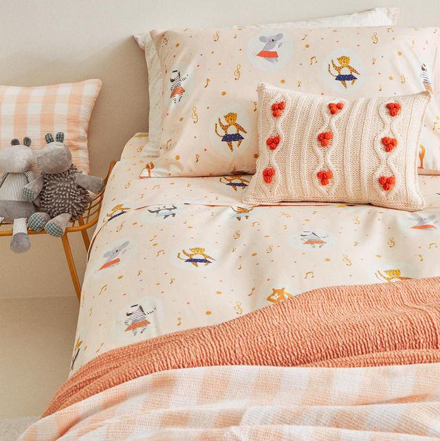 ropa de cama infantil con dibujos en tonos rosas