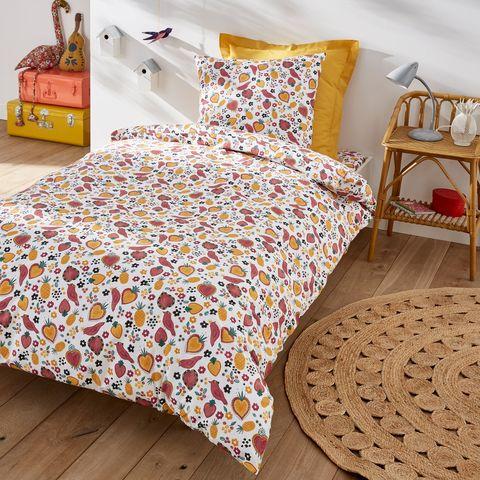 ropa de cama infantil con dibujos en tonos mostaza y rojo