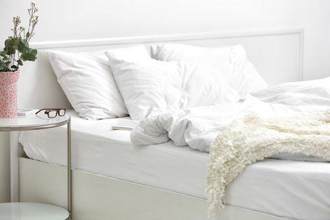 cama con cabecero blanco