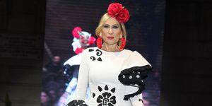 Rosa Benito y Chayo Mohedano se ponen flamencas sobre la pasarela de 'Andújar Flamenca'