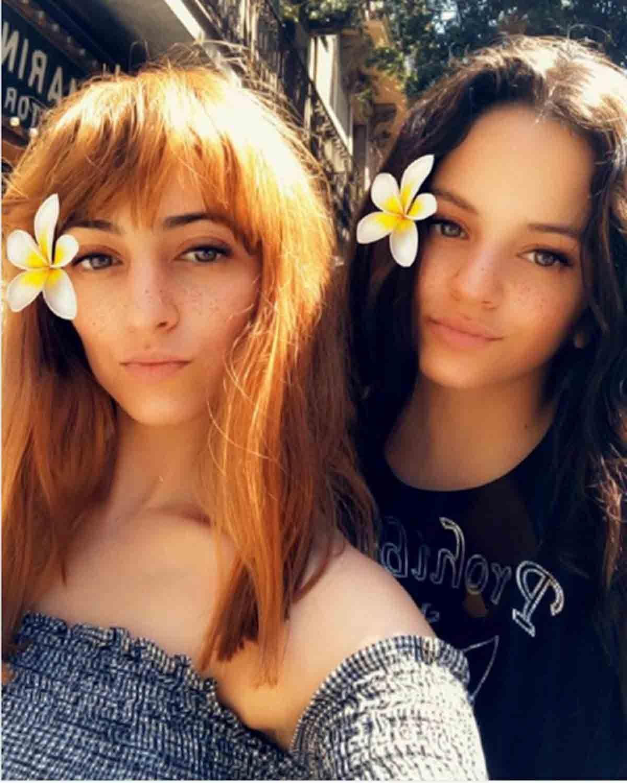 Rosalía junto a su hermana Pili