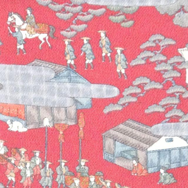 ローズ色の縮緬地に大名行列柄が描かれた着物地
