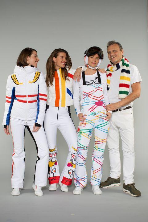 Jean-Charles de Castelbajac in posa con le modelle che indossano la sua  collezione JC de Castelbajac x Rossignol Autunno Inverno 2018 2019 233755e9636