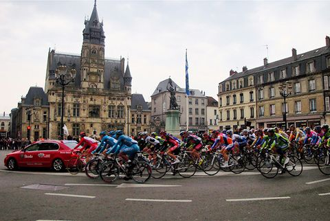 paris-roubaix riding through city