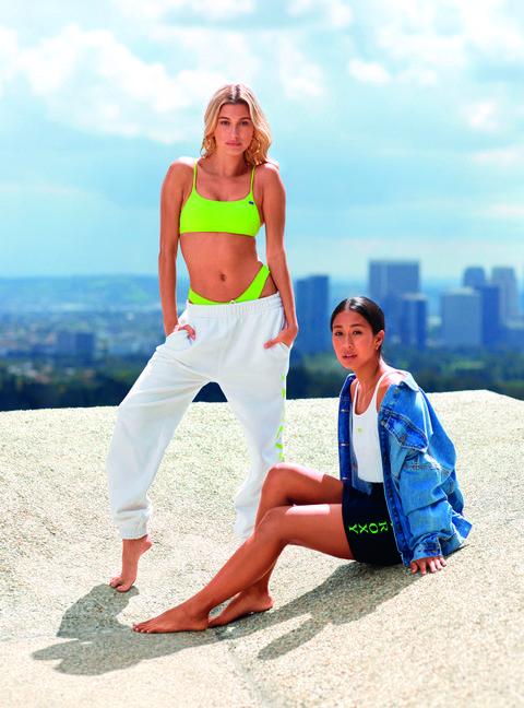 hailey bieber y su amiga, la surfera y campeona del mundo de longboard kelia moniz con ropa de la marca roxy