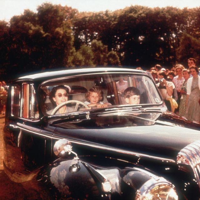 20張你絕對沒看過的英國皇室照片!狂奔的黛安娜王妃、女王第一次開車載小孩