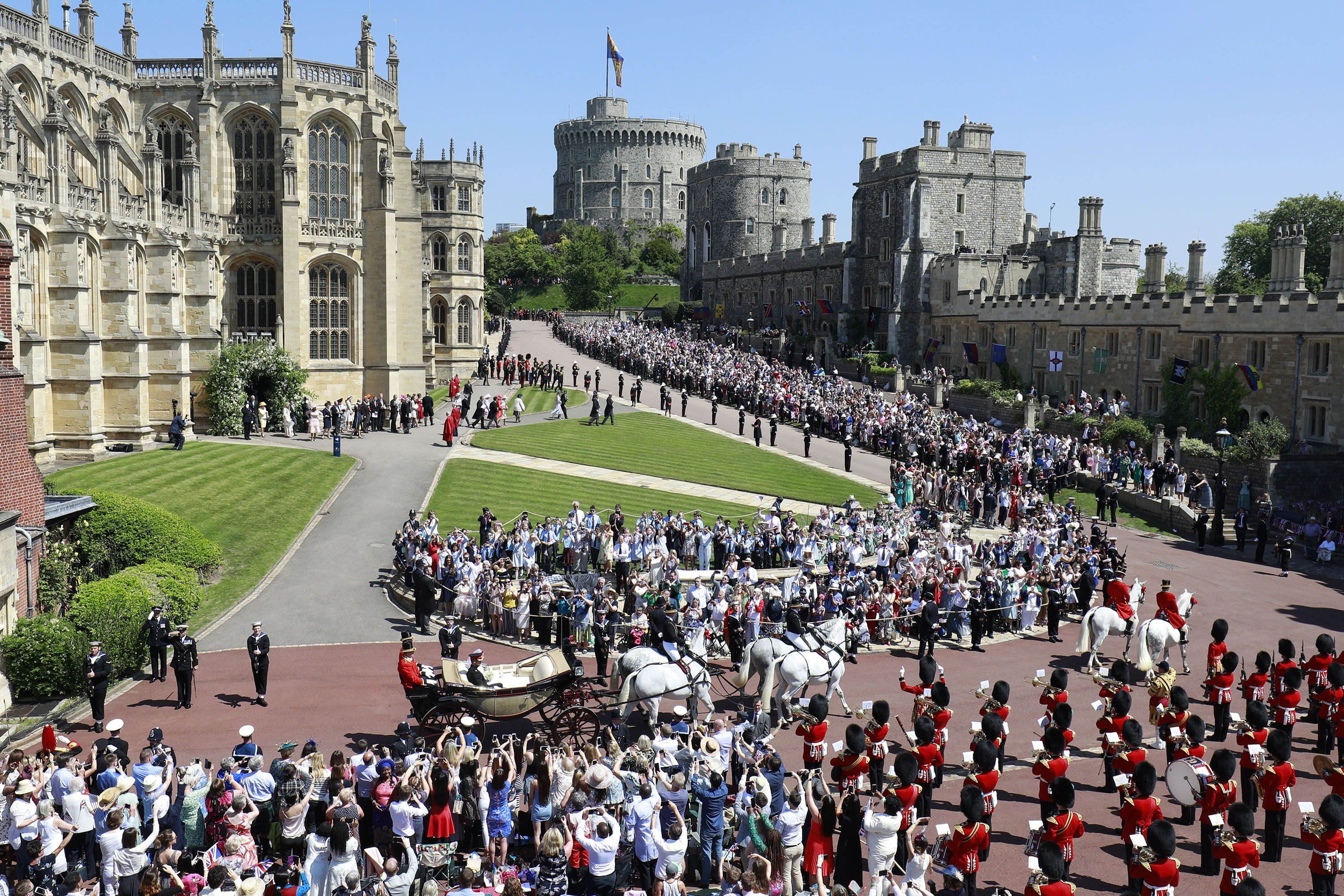 https://hips.hearstapps.com/hmg-prod.s3.amazonaws.com/images/royal-wedding-procession-1526734486.jpg