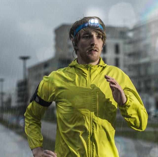 man aan het hardlopen in de regen