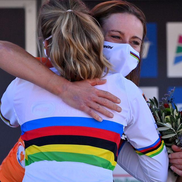 two cyclists hugging at the cyclingitaworldroadwomenpodium