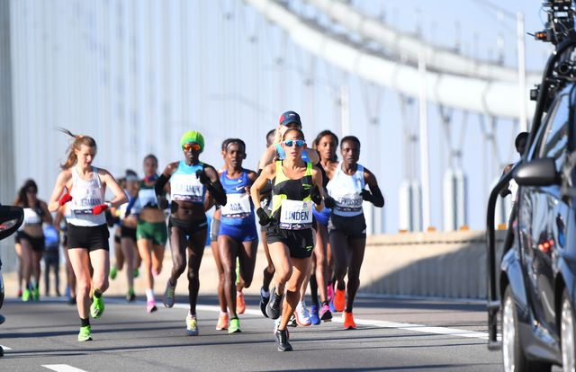 varias atletas corren el maratón de nueva york