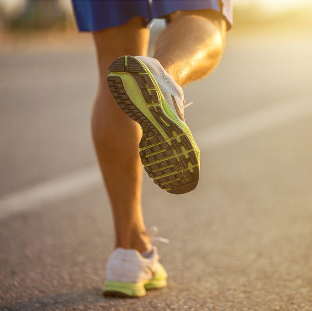 man aan het hardlopen met hardloopschoenen aan