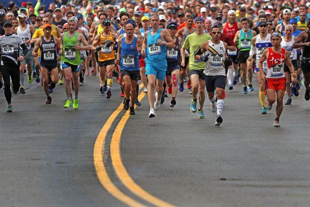 cientos de corredores corren por las calles de boston durante el maratón