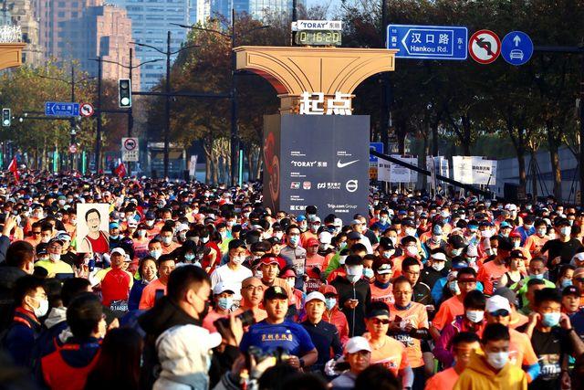 9.000 corredores desafiam o coronavírus na maratona de Xangai