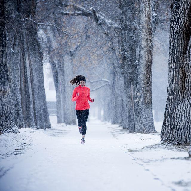 hardlopen door de sneeuw in een bos
