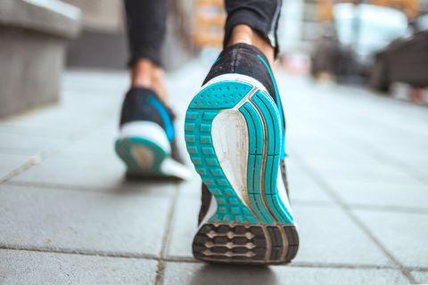 semelle de chaussure de course sur le trottoir