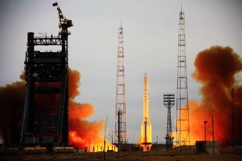 Une fusée russe Proton transportant Kosmo